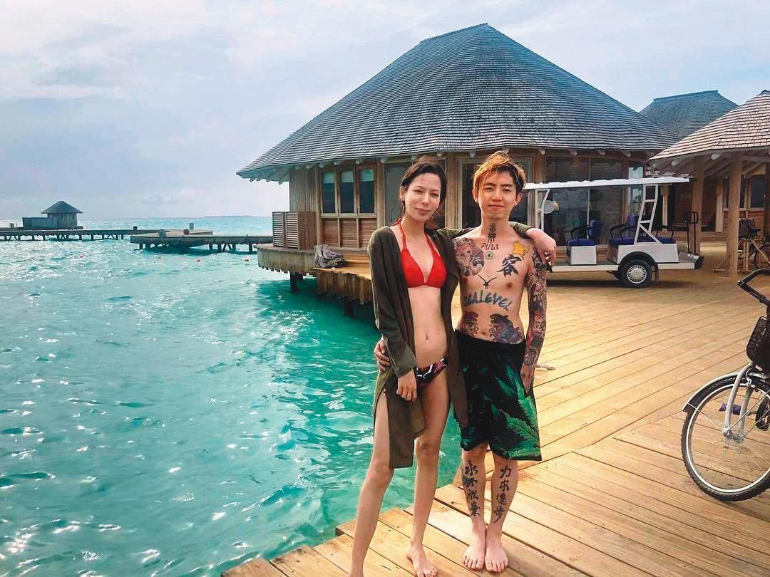 2年前,謝和弦(右)還帶著混血老婆Keanna(左)至馬爾地夫度假,當時2人常秀恩愛。