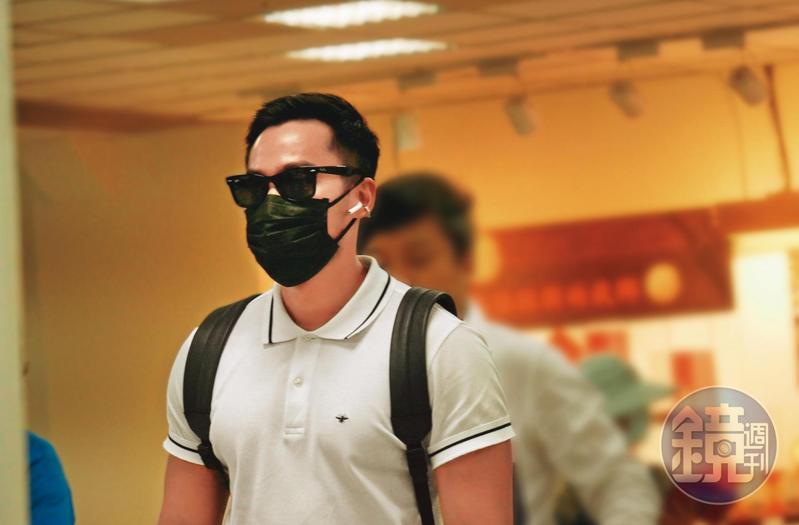 賴弘國由澎湖度假返回台北,戴著墨鏡及口罩的他面對媒體追訪不發一言的離開。
