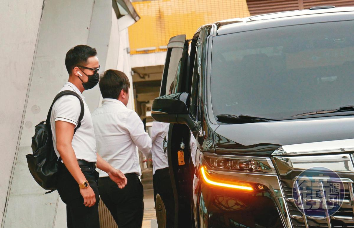 從步出機場起,賴弘國表現得一副心事重重的樣子,對於記者提問充耳不聞。