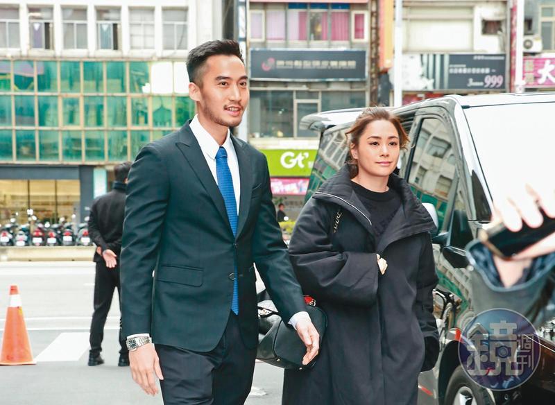 雖然阿嬌(右)在香港有醫美代言,但為了力挺老公賴弘國的診所,特別飛到台北支持。