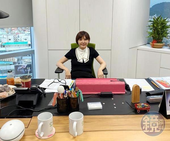 潘修玉把自己在辦公室上班的照片傳給友人,證明自己的行銷長職務未受影響。(讀者提供)