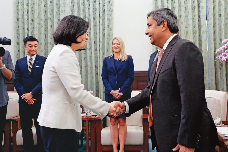 總統蔡英文(左)0217年6月曾在總統府接見來台訪問的美光總裁Sanjay Mehrotra(右)。(總統府提供)