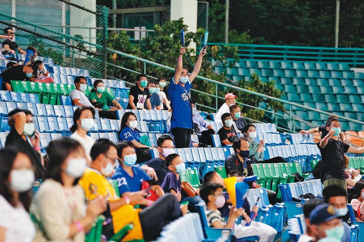 中華職棒不僅領先全球開打,本月8日起再創紀錄,開放每場1千名觀眾入場觀賽。(翻攝蔡英文臉書)