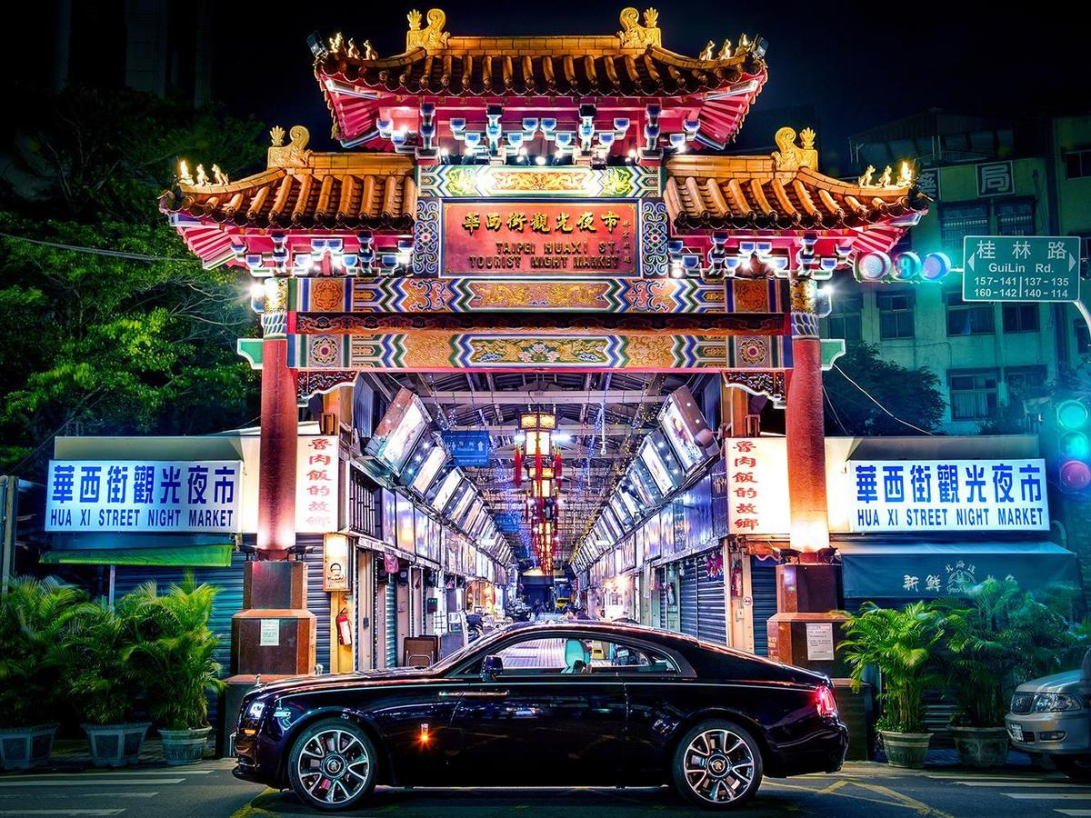在華西街看到層峰品牌勞斯萊斯與在地化夜市及古建築的衝突美感。