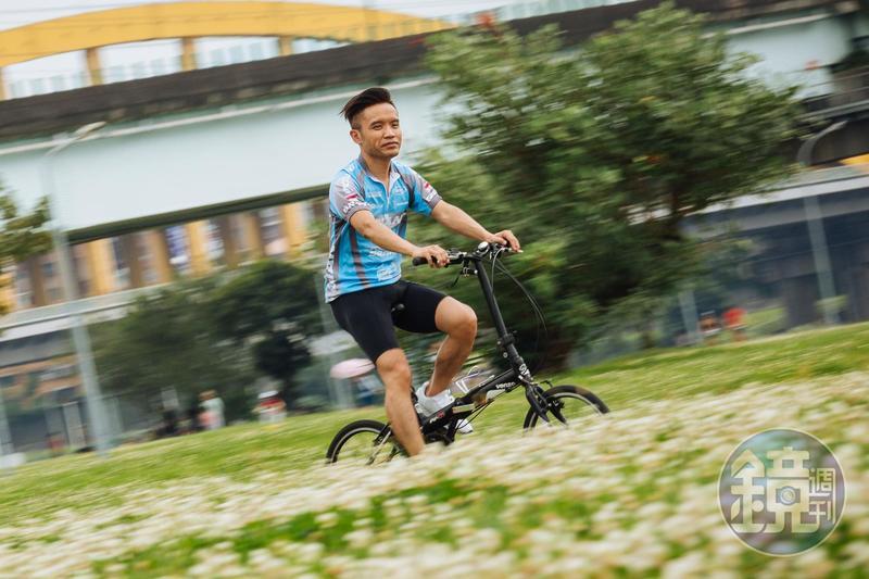 平日下午收盤後,楊燁換上車衣,藉由單車運動釋放壓力。