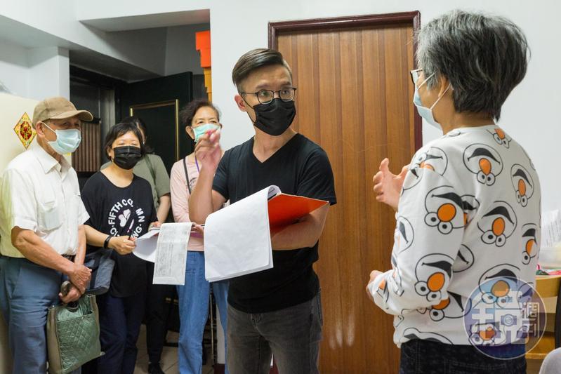 每週日楊燁會來當志工,跟著善願愛心協會關懷癌末病患、弱勢家庭。