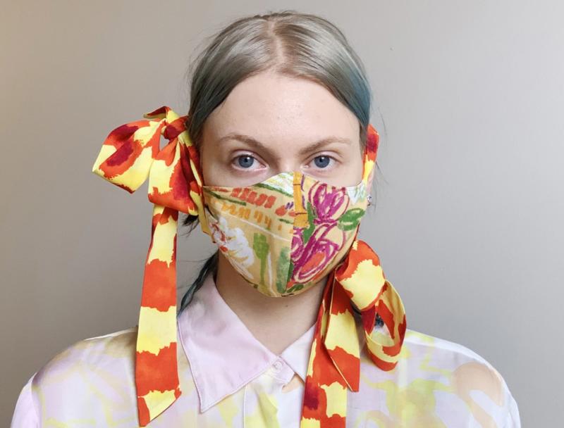口罩也可以講究時尚和美感。Collina Strada設計師款絲質蝴蝶結口罩,要價百元美金。(Collina Strada官網)