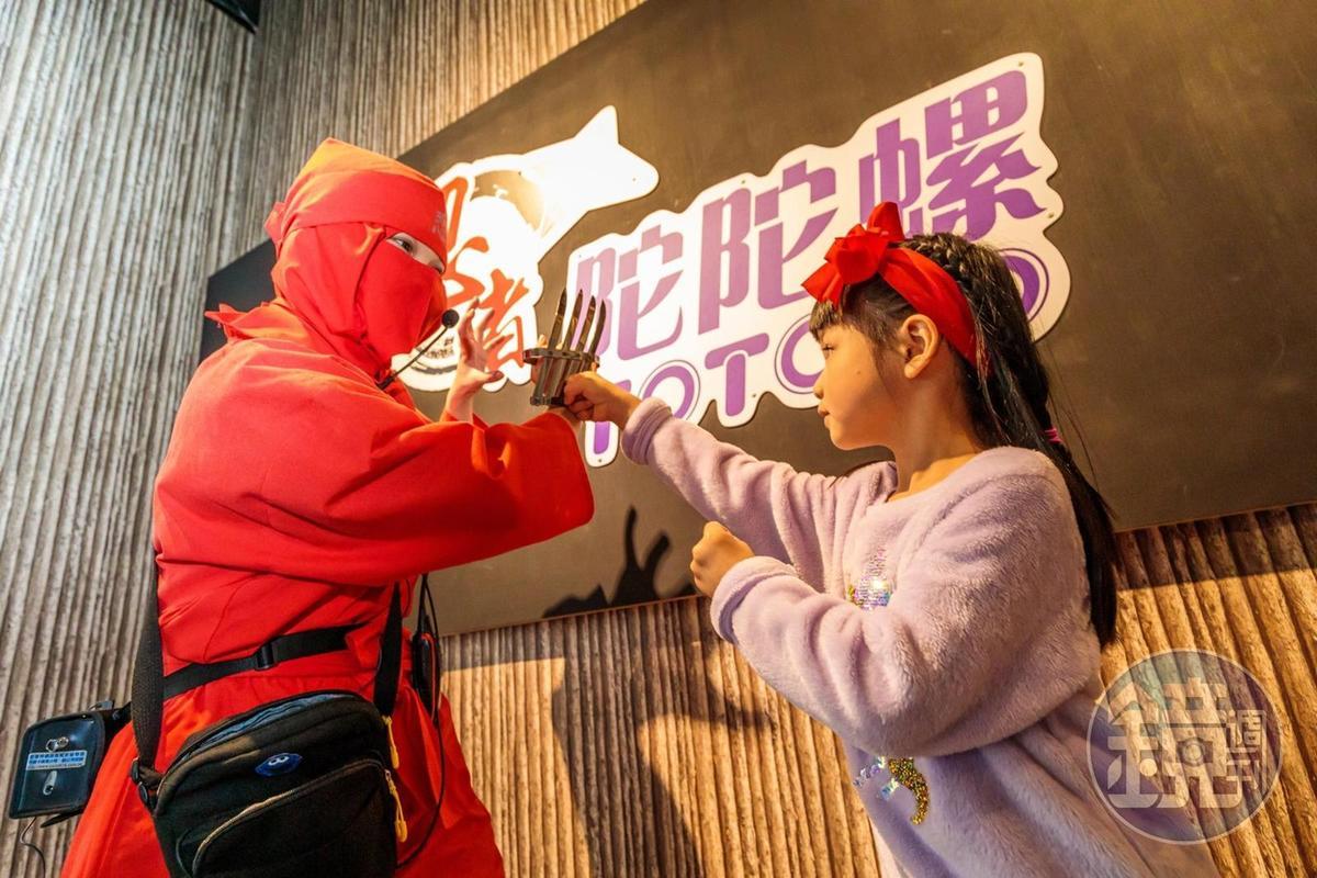 忍者解說日本兵器的使用方法。