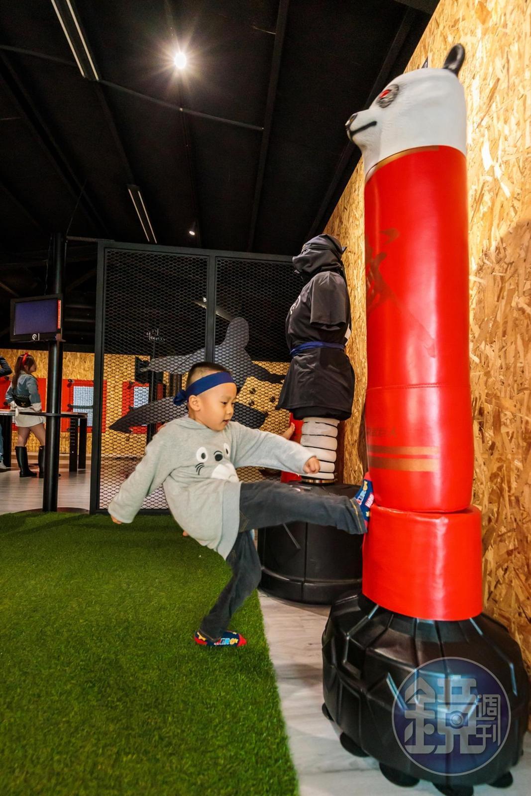 迴旋踢訓練腳力及平衡感,看誰可以一腳踢到頭。