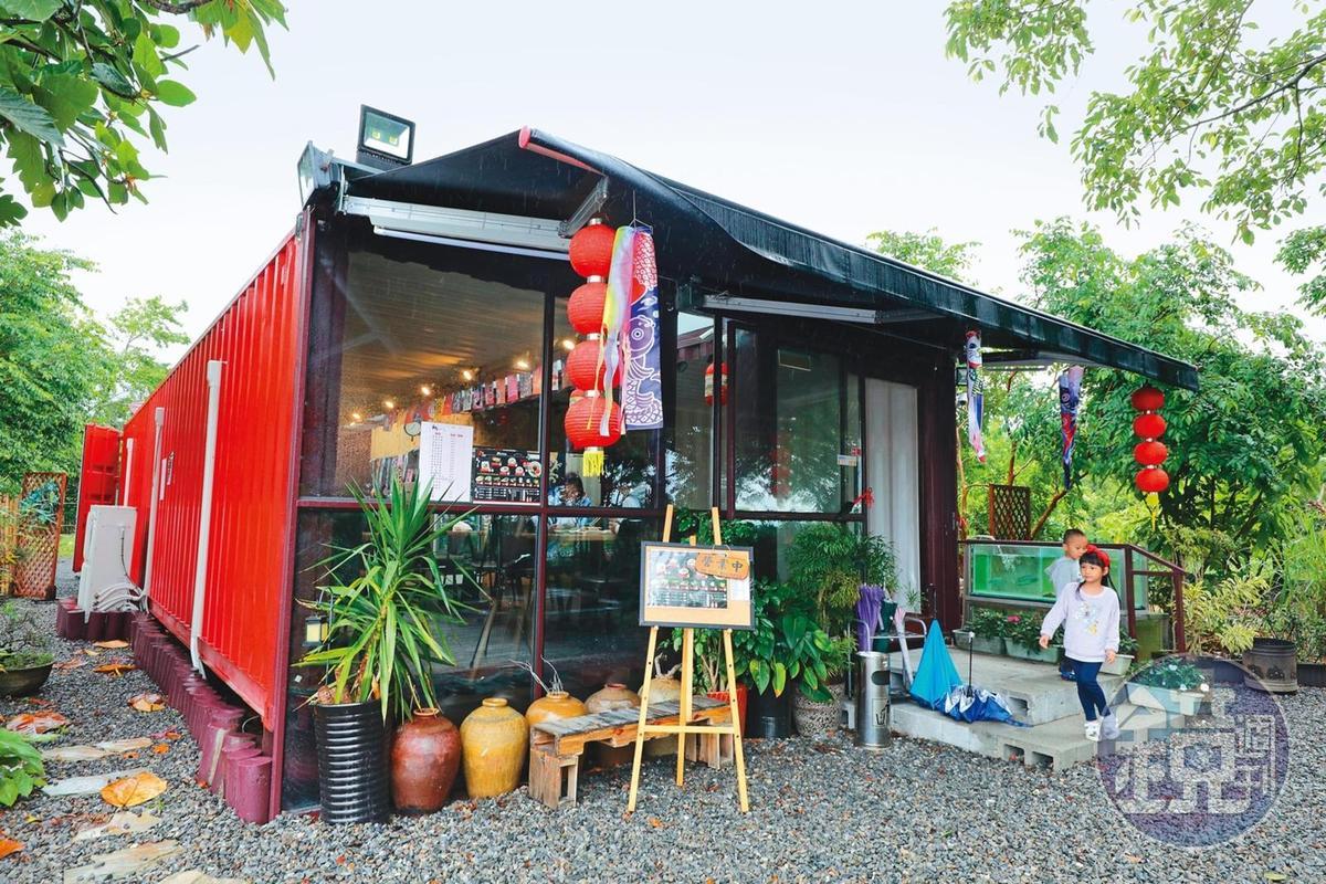 忍者村旁附設餐廳,提供拉麵、漢堡等餐點。
