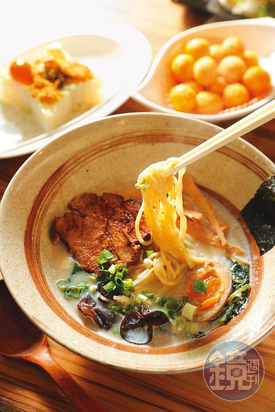 忍者餐點少不了拉麵,「豚骨叉燒拉麵」的湯頭香濃、叉燒夠味。(160元/份)