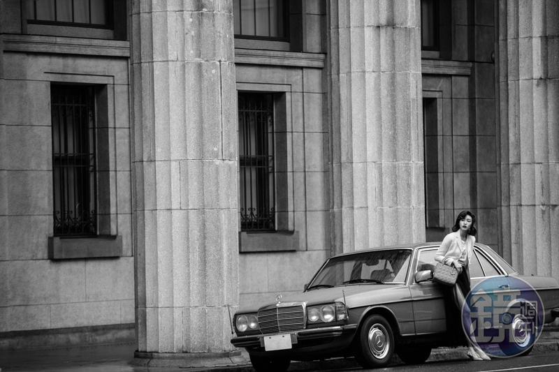 Lady Dior Ultra Matte石灰色籐格紋小牛皮中型提包 NT$150,000, 白色羊毛和真絲單排扣Bar Jacket NT$145,000、「We Should All Be Feminist」T-Shirt NT$28,000,黑色羅紗半身裙 NT$135,000、J'ADIOR黑白千鳥格紋羊毛露跟鞋 NT$32,000 All by Dior。