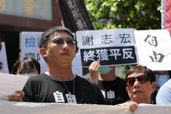 謝志宏在人權團體陪伴下,到庭外等待判決。(翻攝「冤獄平反協會」臉書)