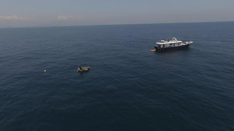「黑潮漂流計畫」中的方筏與戒護船「華國189號」揭開《男人與他的海》故事序幕。(牽猴子提供)