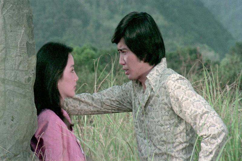 林青霞在《我是一片雲》中,是一位天真爛漫的少女,被秦祥林飾演的年輕記者帥氣瀟灑模樣所吸引。(friDay影音提供)