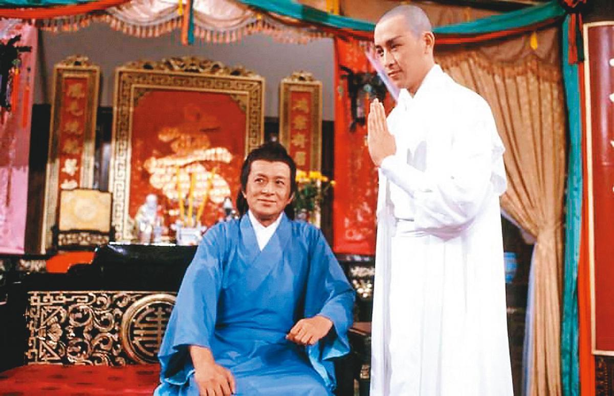 關聰(右)與爸爸關海山(左)合作拍攝《楚留香》,因劇中的無花和尚一角而聲名大噪。(翻攝自白冰冰臉書)