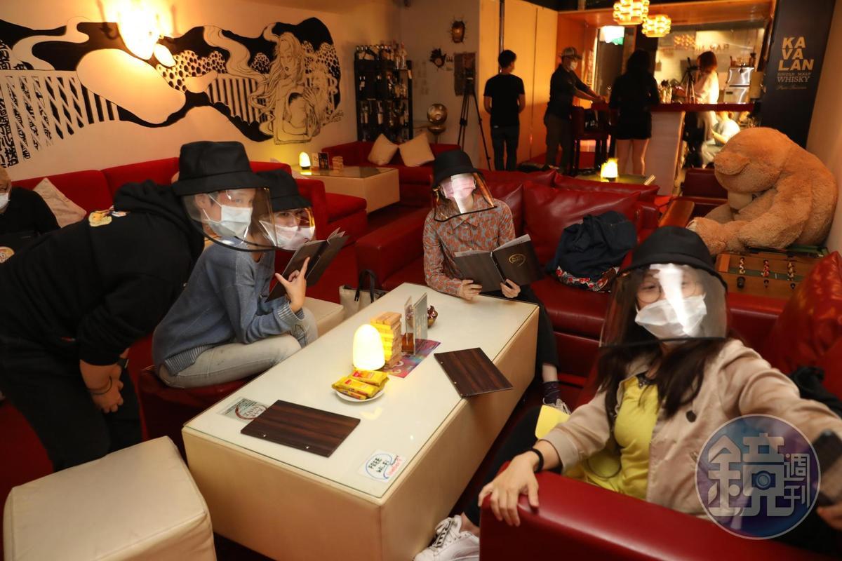 BAR NINE派發縫著塑膠墊片的漁夫帽給客人,既有口罩防疫的功用,又方便喝酒,一舉二顧。