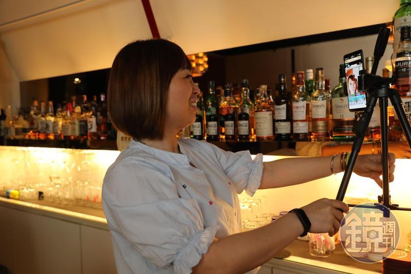 酒吧在疫情橫行下慘澹經營,但老闆席耶娜藉由每天的開店直播秀跟遠在日本的熟客聯絡情感。