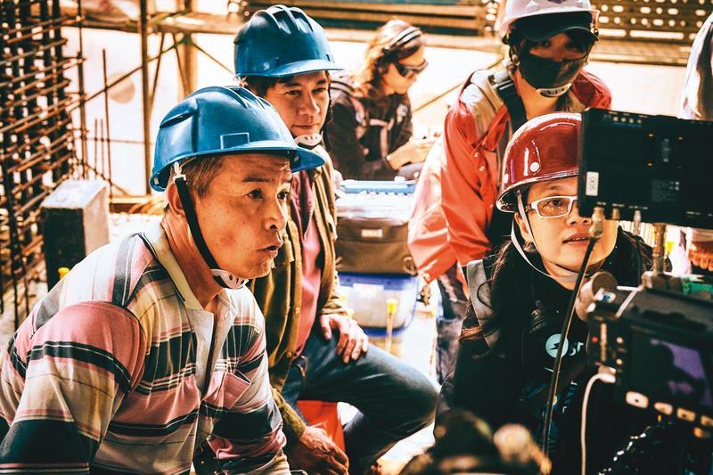 因為在工地取景,導演鄭芬芬(前排右)不只要指導李銘順(前排左)等演員表現,同時得顧及工作人員的安危。(大慕影藝提供)