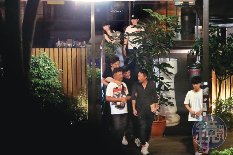 5月4日00:07,汪小菲(前排右1)、王柏傑(後排右)與友人相約酒局,與他們過往不見交集的邵昕(前排右2)也是座上客,還被大家灌酒喝到爛醉,腳步踉蹌地離開。