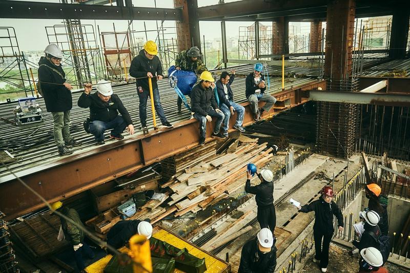 《做工的人》是首部進駐大型工地實景拍攝的台劇,進出人員皆戴安全帽及綁安全索。(大慕影藝提供)