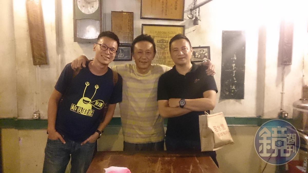 劉建華(中)是老闆兼廚師,個性海派鮮明,新一代政治人物如林飛帆(左)、大陸民運人士王丹(右)都曾是座上嘉賓。(阿才的店提供)