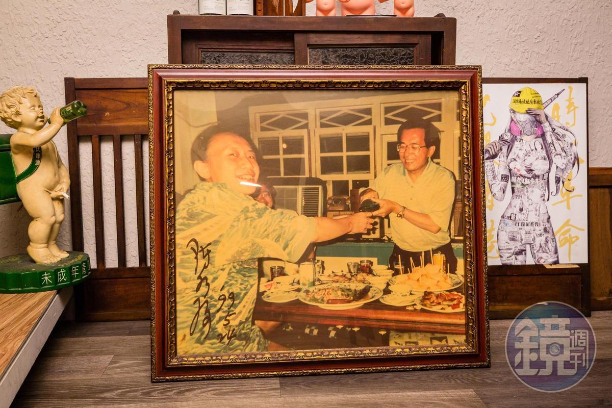 90年代台灣解嚴後,阿才的店是黨外人士、政治明星針砭時政的聚會場所,時任台北市長的陳水扁(右)也是常客。