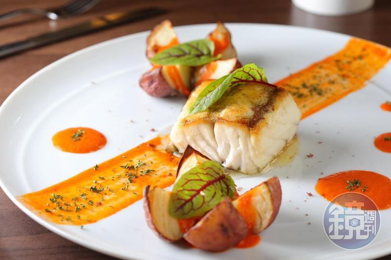 以西班牙特有的加納利亞群島紅醬搭配台南新觧鱸魚的「煎烤新鮮海鱸魚佐加納利亞群島紅醬」。(530元/份)