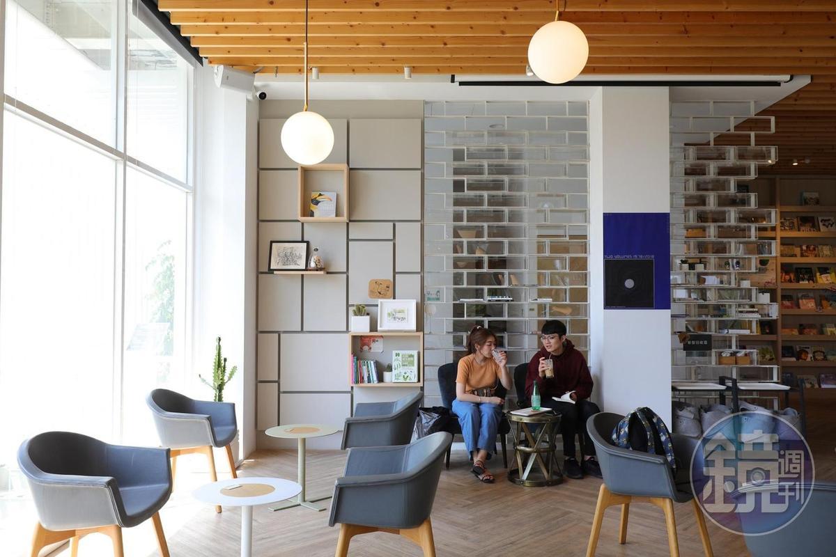 書店提供客人一處悠閒的用餐閱讀空間。