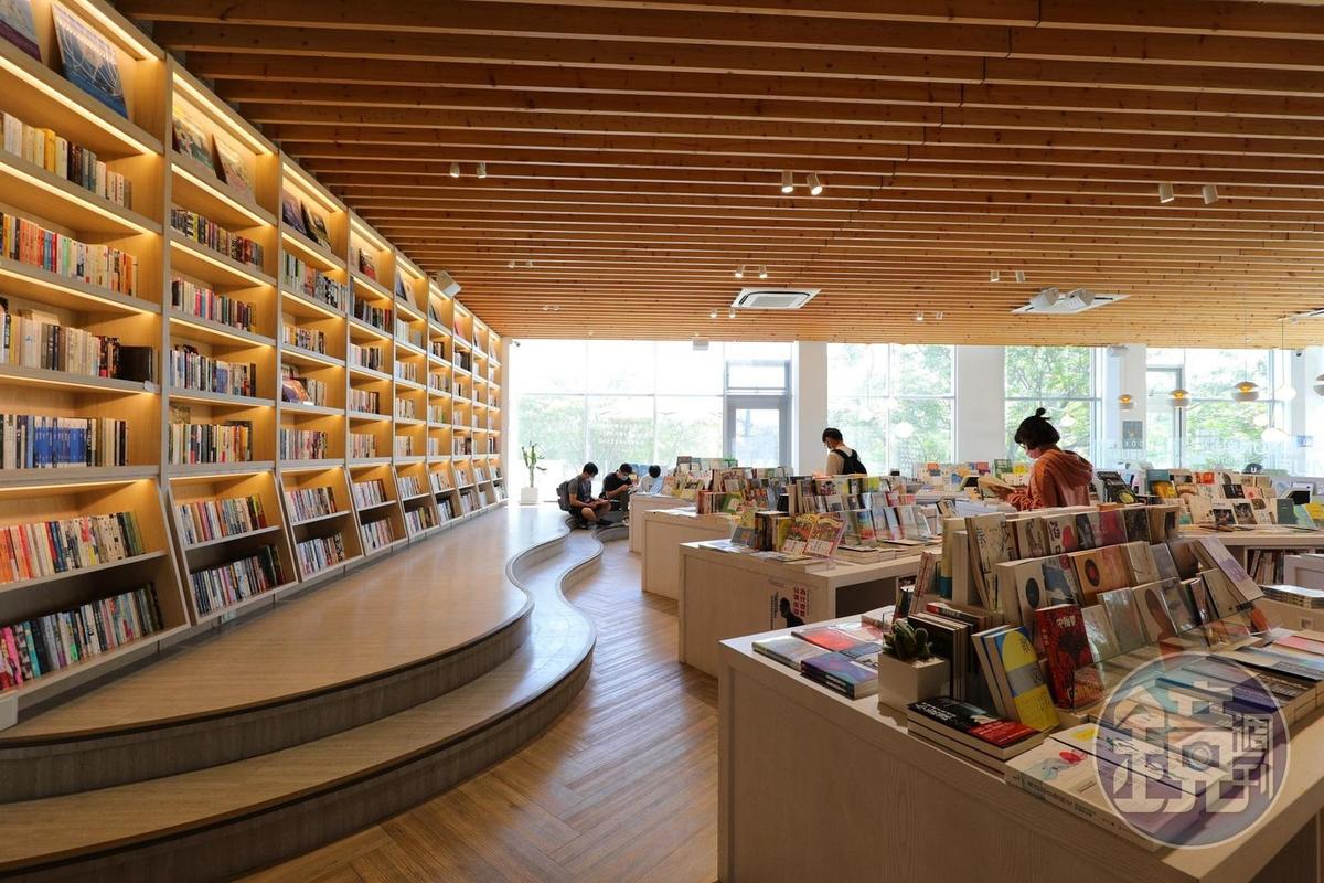 書店裡陳列3,500多本書,書蟲們可以在這裡消磨一整天。