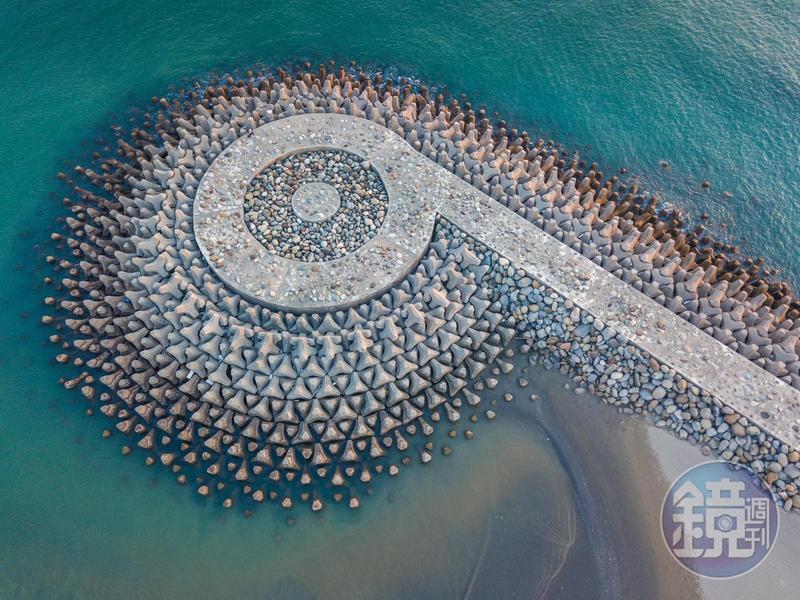 安平港外,空拍下的消波海堤,形成美麗的螺旋圖案。