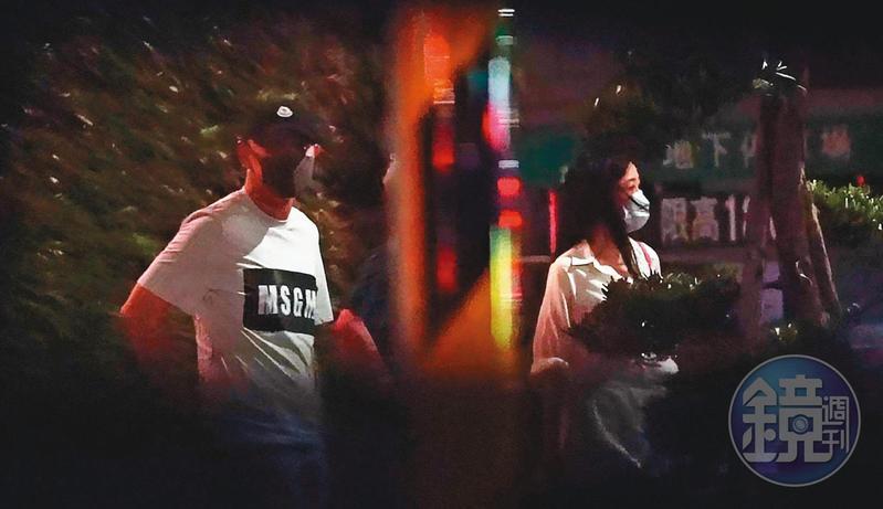 5月13日23:21,王敏錡(左)和Molly(右)進高檔涮涮鍋店吃晚餐,酒足飯飽後一起離開。