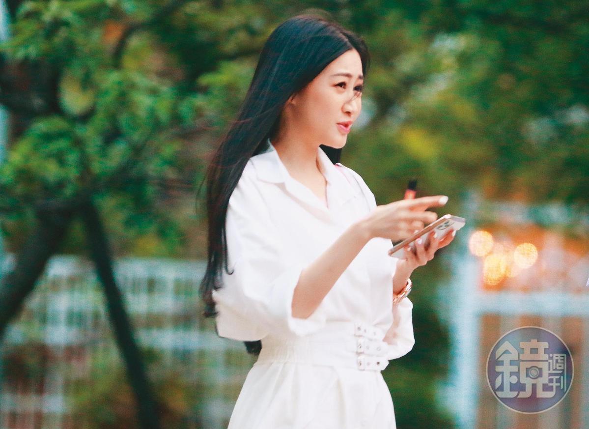5月13日18:08,面貌姣好、皮膚又白皙的Molly,外型宛如最近超夯韓劇《夫婦的世界》中老婆和小三的綜合體。