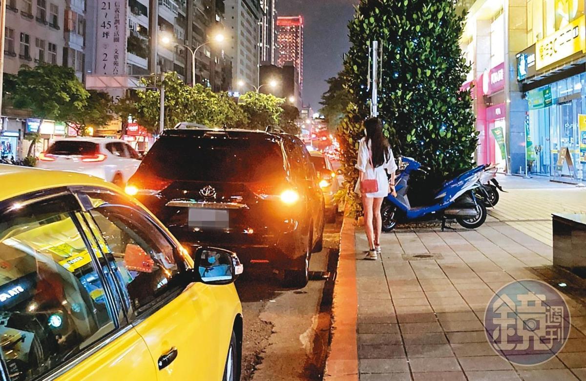 20:46,Molly從家裡步出後,上了王敏錡停在路邊的座車。