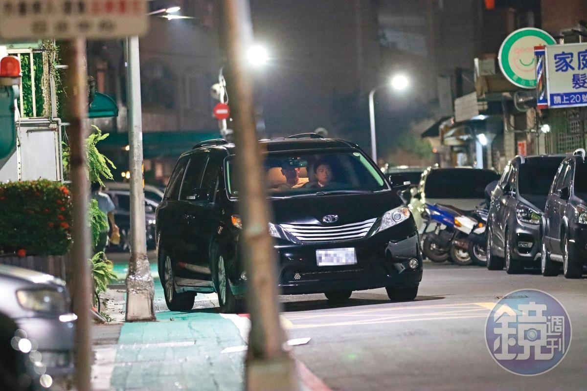 21:36,王敏錡(紅圈處)的座車先載Molly去友人家拿東西,照片中可見他就坐在車子裡。