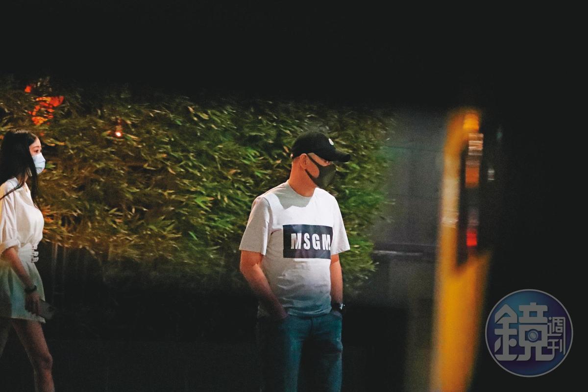 23:20,王敏錡(右)戴著帽子又戴口罩,把自己當藝人一樣非常低調。