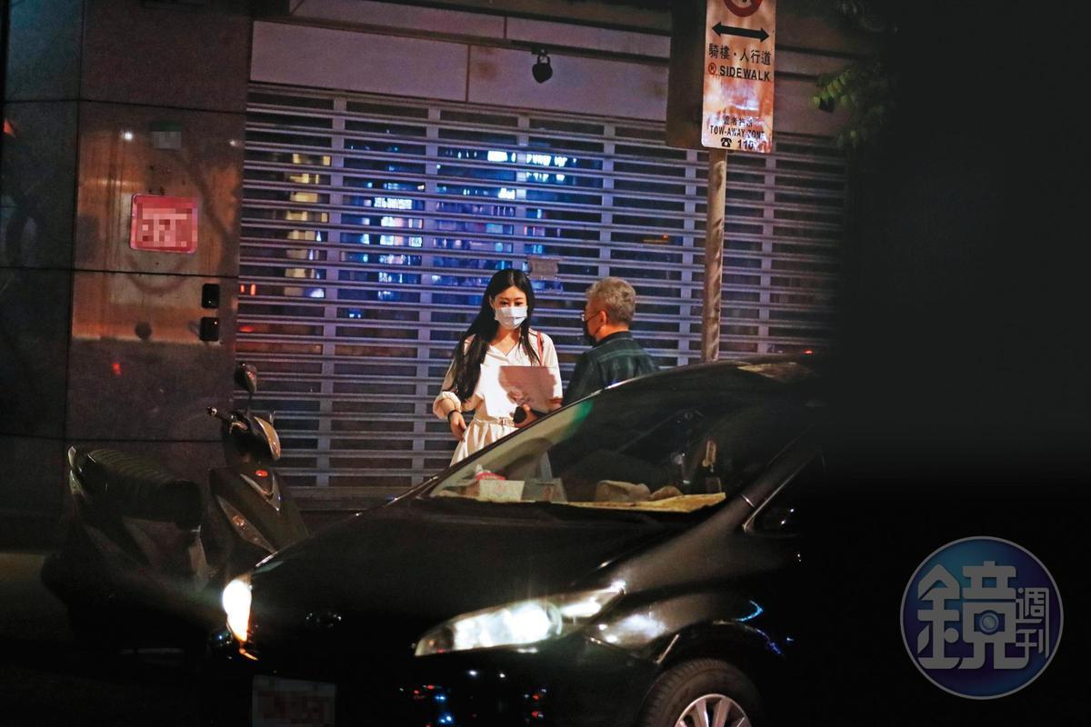 23:32,Molly(左)深情凝望王敏錡搭上座車離開後,才和另一名藍衣男搭計程車返家,藍衣男將她送到門口後便自行離去。