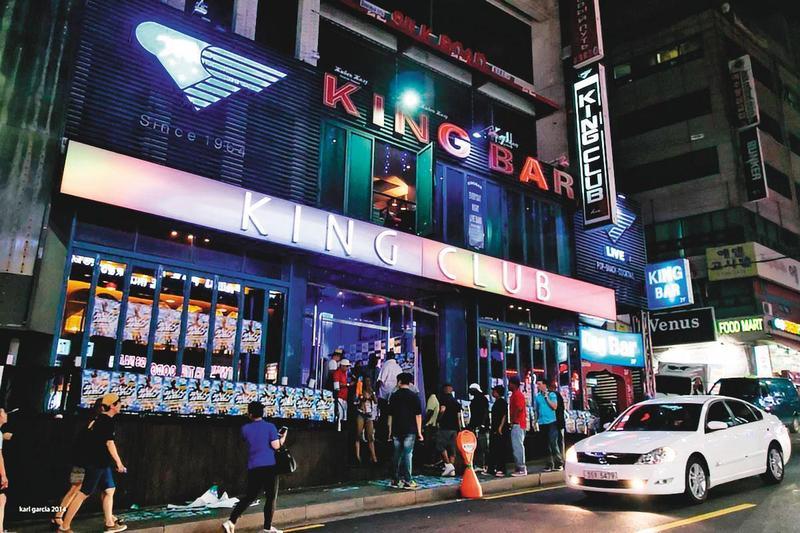 韓國疫情原已趨緩,欲解除社交禁令,未料首爾夜店林立的梨泰院卻爆發上百人群聚感染。(翻攝Korea – Pinoy Artists & Performers官網)