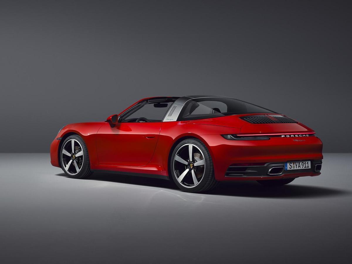 全新911 Targa 4S標配前20吋245/35 ZR級跑胎,後21吋305/30 ZR級跑胎。剎車部份,配備前6活塞後4活塞,350 mm的剎車碟盤,可選用保時捷陶瓷複合煞車系統(PCCB)。