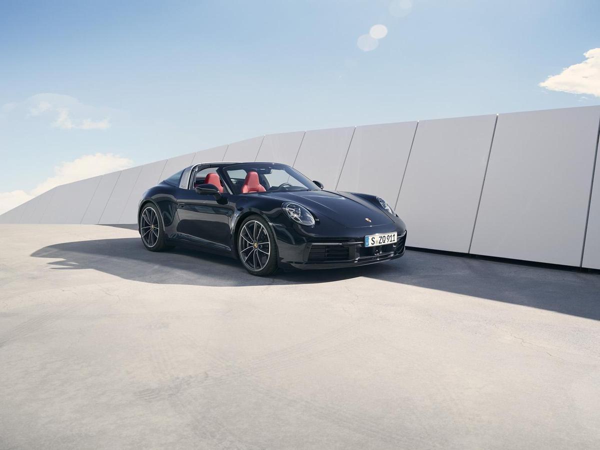 全新911 Targa 4S外型設計具備992世代的設計語彙及元素,兩組LED頭燈之間的前箱蓋有明顯的凹陷設計,呼應第一代911外觀特色。