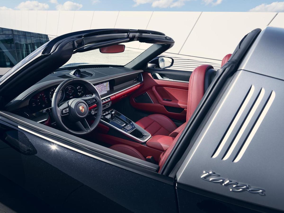 內裝呼應911 Carrera 車型,採嵌入式儀錶板勾勒清晰俐落的極簡風格,設計靈感源於1970年代的911車款。