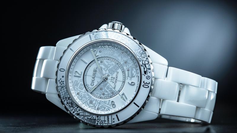 J12∙20腕錶 | 錶徑38mm、不鏽鋼材質、時間指示、12.1自動上鏈機芯、C.O.S.C.瑞士官方天文台認證、面盤鑲鑽12顆(約0.03克拉)、防水200米、限量2020只、建議售價NT$ 250,000 (攝影:游銘元)