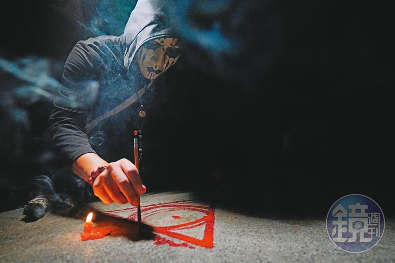 巫師鬼Man用鮮血混著紅色顏料畫起魔法陣、召喚靈體。