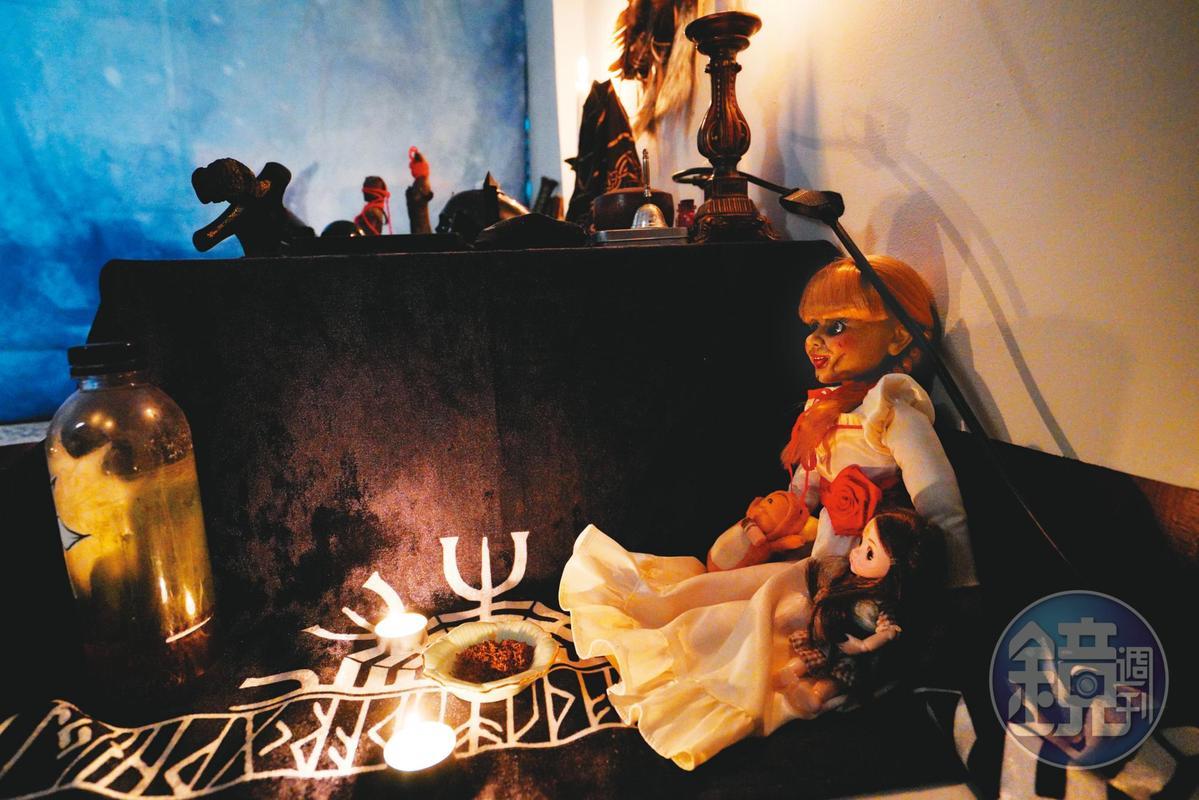 與電影《安娜貝爾》相似的人形娃娃(右),也是巫師鬼Man的法器。