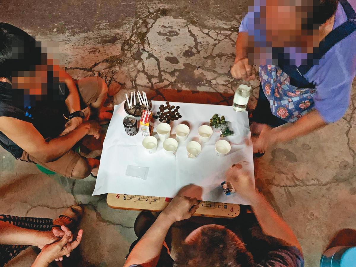 原住民舉行巫術儀式,擺放菸、酒、檳榔、錢,象徵與已故的巫師一同祈福。(讀者提供)
