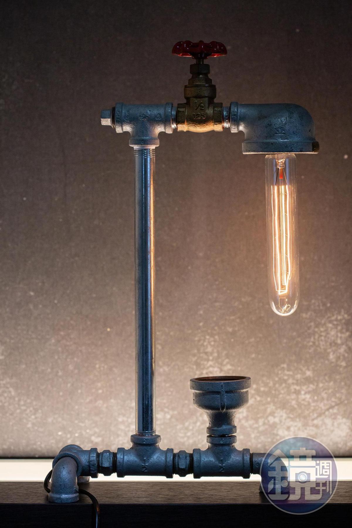 以水龍頭與水管設計的燈具,讓水電真正融為一體,增加照明樂趣。