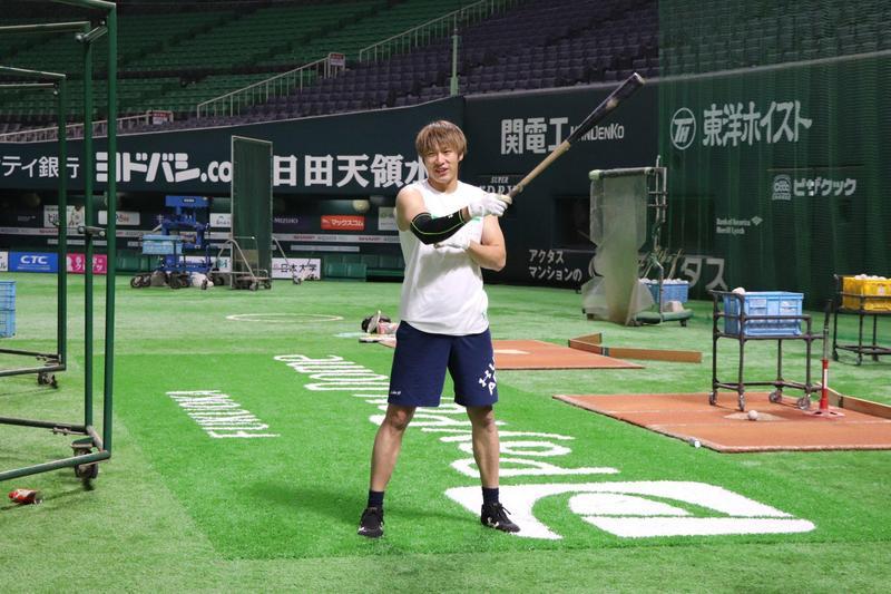 日本最強打者柳田悠岐在家自主隔離期間,練習揮棒惹禍上身。(翻攝自@sanspo_hawks推特)