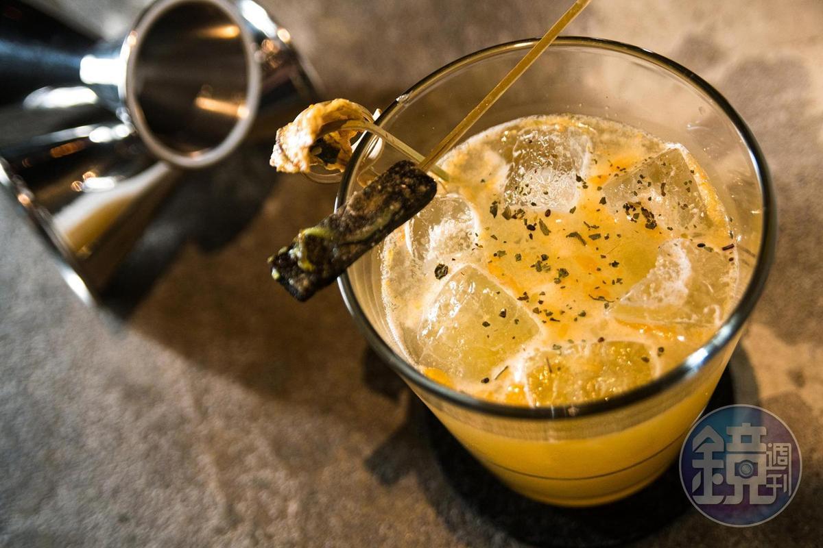 喝一口「流浪小島」,還要再配上昆布糖與沾滿芥末的黃金魚乾,給你超正宗的下港滋味。(300元/杯)