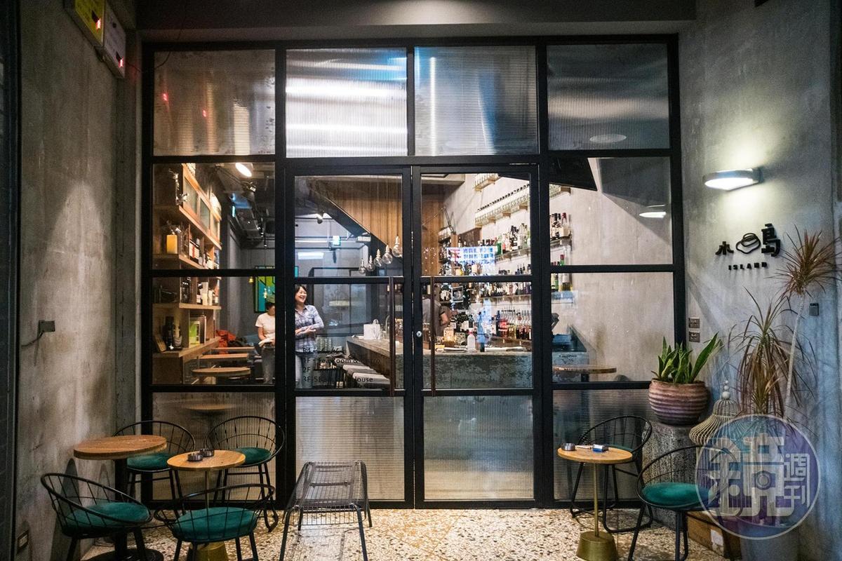 設計師特別將門口往內縮,為酒吧保留一處戶外空間,也與騎樓上的人群保持某種距離。
