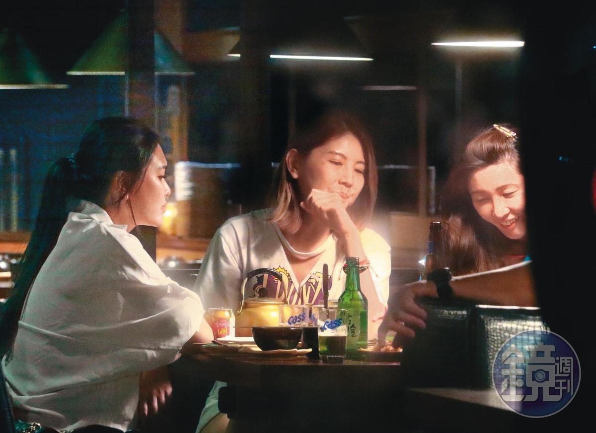 5/10,00:02與陳鏞基、增菘瑋同餐的3名女子各有姿色,看來是場愉快的聚會。